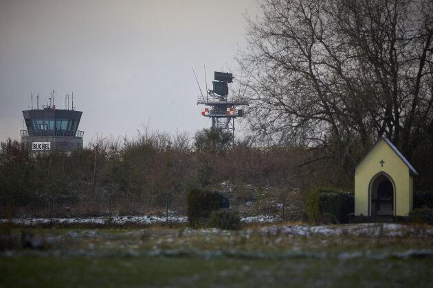Der Radarturm und der Tower des Bundeswehr Fliegerhorstes in Büchel (Rheinland-Pfalz). Auf dem Luftwaffenstützpunkt sollen US-amerikanische Atombomben vom Typ B61 lagern.