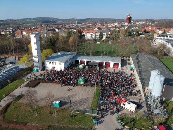 Nach ersten Schätzungen haben sich am späten Mittwochnachmittag etwa 1000 Menschen am Feuerwehrgerätehaus in Frankenberg bei einer vom Sender Radio PSR veranstalteten Party versammelt.