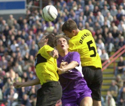 Autsch: Im Regionalligaspiel Erzgebirge Aue gegen Dynamo Dresden am 14. September 2002 (Endstand 1:1) wird Mirko Ullmann (M.) von den Dresdnern Daniel Ziebig (l.) und Levente Csik in die Zange genommen.