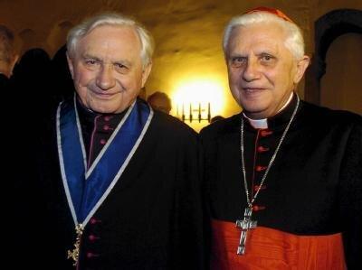 Der frühere Regensburger Domkapellmeisters, Georg Ratzinger (l), steht neben seinem Bruder, dem damaligen römischen Kardinaldekan und heutigen Papst Joseph Ratzinger.