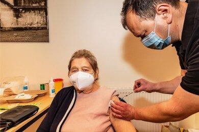 Ein mobiles Impfteam mit Dr. Jens Scheithauer hat am Freitag Christine Trillitzsch gegen Corona geimpft. Die 80-Jährige wohnt in Burgstädt und wird voneinem Pflegedienst betreut. Die zweite Impfung mit dem Biontech/Pfizer-Impfstoff erhält sie am 19. März.