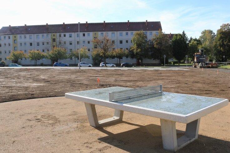Die Umgestaltung des Festplatzes an der Lessingstraße in Flöha ist einen großen Schritt vorangekommen. Die Parkplätze sind freigegeben, erste Spielgeräte und Bänke stehen.