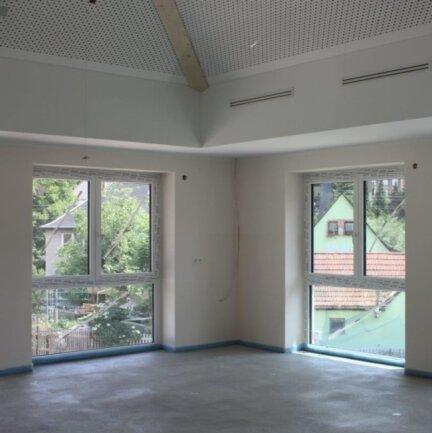 Vom Gruppenraum aus sind die Nachbarhäuser und Bäume zu erkennen. Die Bodenbelegarbeiten sollen diese Woche beginnen.