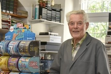 Der 89-jährige Dieter Schilbach aus Oelsnitz ist immer noch im Laden anzutreffen.