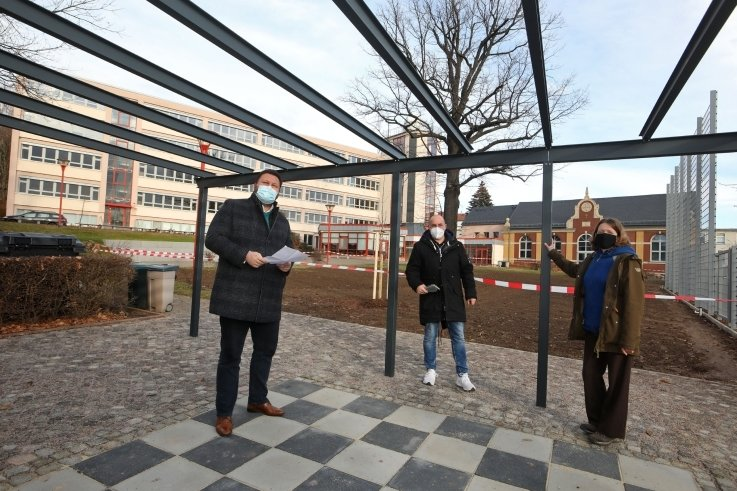 Der Schulhof des Lessinggymnasiums hat neuerdings ein Schachfeld. OB Kluge positionierte sich als linker Läufer.