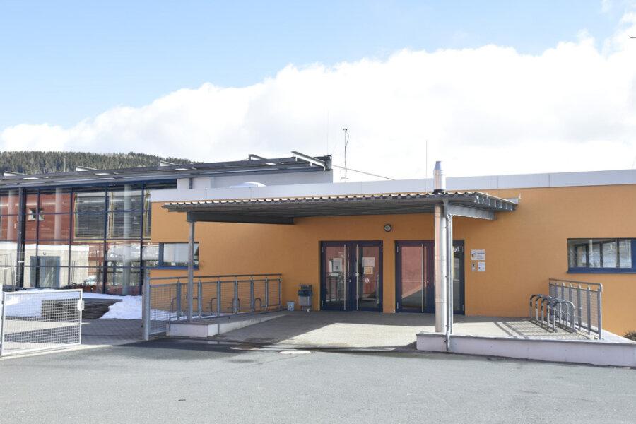 Die 2007 eingeweihte Drei-Felder-Sporthalle am Klingenthaler Schulzentrum auf dem Amtsberg - im Bild der Eingangsbereich - ist zu klein geworden. Sie soll erweitert werden.