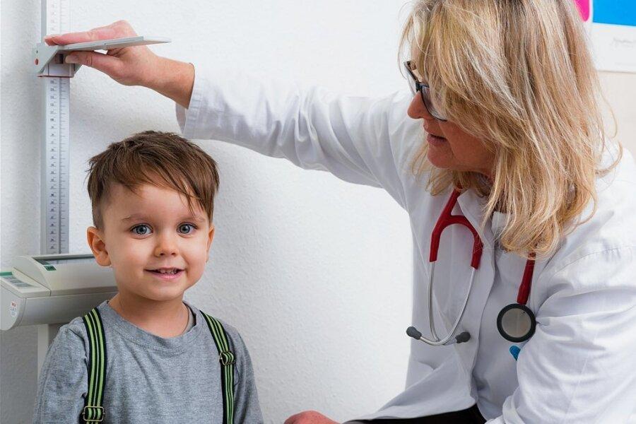 Bei der Untersuchung vor Schulbeginn wird unter anderem auch die Körpergröße der Kinder gemessen - wie hier auf diesem Symbolfoto.
