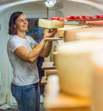 Juniorchefin Katrin Seyffert - hier im Käsekeller des Rößler-Hofes - sucht nach Wegen, um das Weihnachtsgeschäft in diesem Jahr zu stemmen.