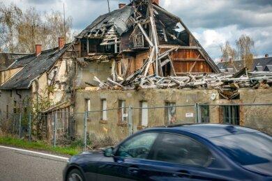 Die alte Mühle an der Erdmannsdorfer Straße in Plaue verfällt weiter und bleibt ein Ärgernis. Anscheinend ist der Komplex erneut verkauft worden.