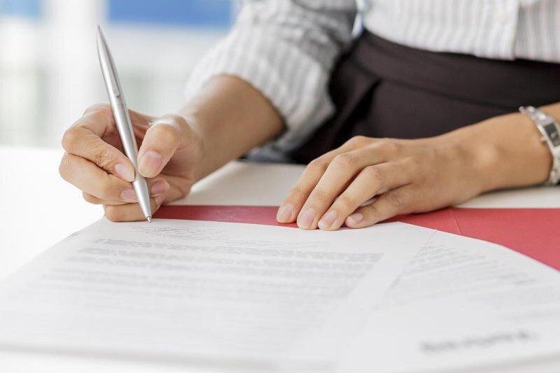 Im Ausbildungsvertrag sind zentrale Aspekte geregelt. Angehende Azubis sollten den Inhalt genau prüfen.