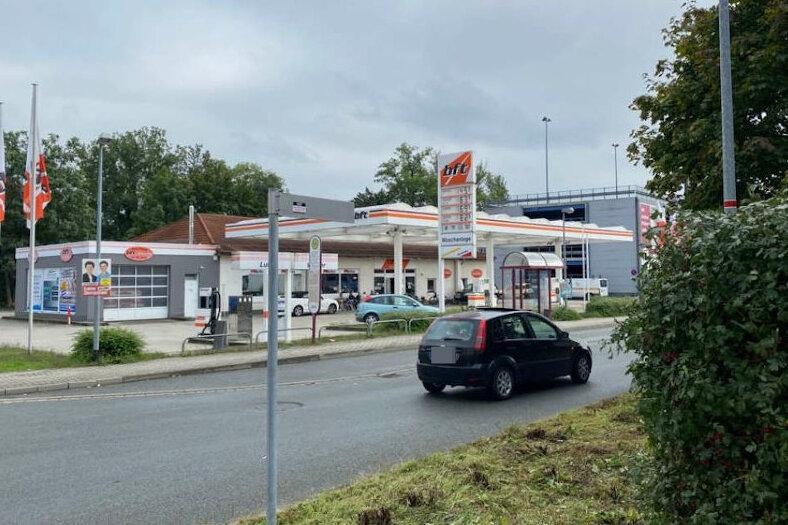 In diese Tankstelle an der Friedrich-August-Straße in Crimmitschau hat sich der angeschossene Mann retten können.