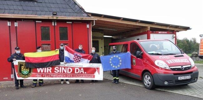 Die gesammelte Schutzkleidung wurde vorm Feuerwehrgerätehaus in Leipzig-Knautnaundorf übergeben. Lange war unklar, ob das aufgrund der Corona-Pandemie möglich ist. Doch kürzlich hat es geklappt.