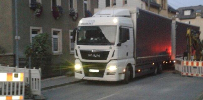 Immer wieder durchfahren Lastwagen und andere Fahrzeuge die Sperrscheiben. Das ärgert die Anwohner. Eine Lösung ist nicht in Sicht.