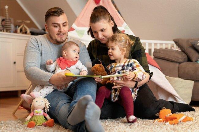 Sie verstehen sich ohne große Worte - die knapp dreijährige Valea Henker aus Radeberg und ihre kleine Schwester Skadi (sechs Monate). Die Eltern Johanna Henker und Cedric Kowtsch sind froh, dass es nicht zu den befürchteten Rivalitäten gekommen ist.