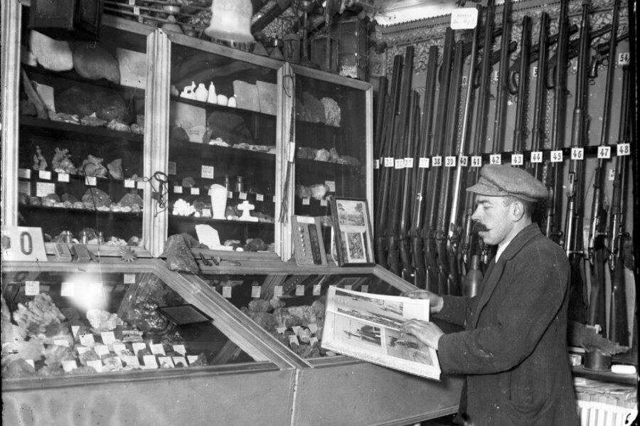 Bruno Gebhardt in der ursprünglichen Sammlung, zu der auch viele Waffen gehörten.