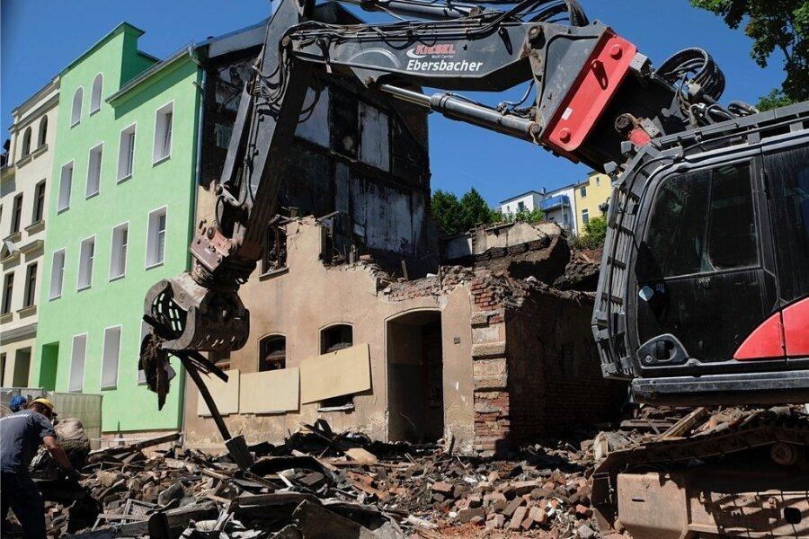 Fast nur noch das Erdgeschoss ist am Montag vom Gebäude an der Fritz-Ebert-Straße übrig gewesen. Wie lange die Arbeiten insgesamt dauern und die Straße gesperrt bleibt, steht noch nicht fest.