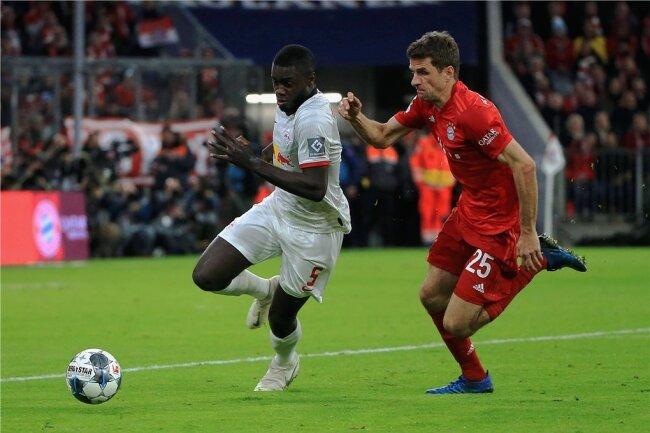 Dayot Upamecano (links, mit Thomas Müller) verlängerte im Sommer seinen Vertrag bis 2023. Dennoch könnte er nach der Saison Leipzig verlassen.
