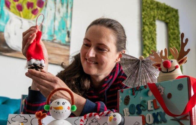"""Mitarbeiterin Astrid Fuhse mit einer verbesserten """"Bossel-Boxx"""" - einer speziell für Kinder entwickelten Bastelbox."""