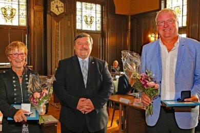 Sören Kristensen (Mitte) zeichnete Christine Burkhardt und Frank Schlegel mit der Ehrenmedaille der Stadt Werdau aus.