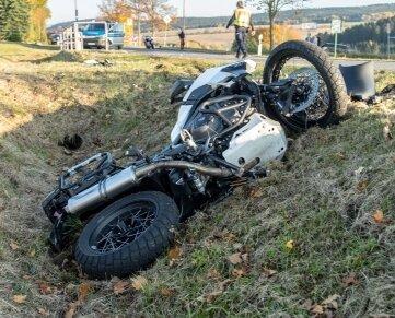 Das Motorrad rutschte in den Seitengraben.