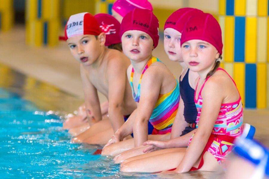 Die ausgebildeten Schwimmlehrer wissen sehr gut, wie sie die Minis am Beckenrand bei Laune halten. Im warmen Wasser sei es auch leichter, als im Freibad, sagt Vereinschef Alexander Steiner.
