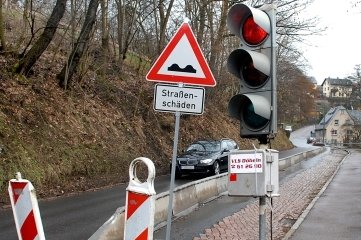 Schon im März 2009 bestand an der Straße ein Engpass wegen Schäden.