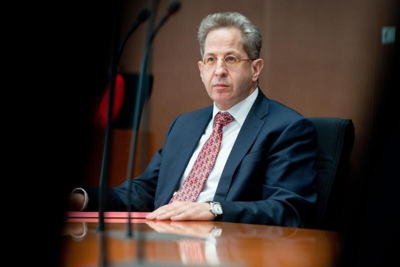 Hans-Georg Maaßen (CDU) sitzt als Zeuge bei einem Bundestags-Untersuchungsausschuss.