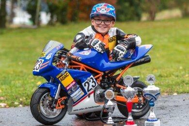 In seiner zweiten Saison im ADAC-Pocket-Bike-Cup will Phil Claußnitzer im kommenden Jahr den bisher errungenen Pokalen noch einige mehr zur Seite stellen.