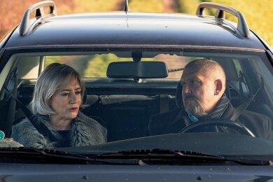 Sieht harmloser aus, als es ist: Bettina Mai (Ulrike Krumbiegel) hat Kommissar Freddy Schenk (Dietmar Bär) in ihrer Gewalt.
