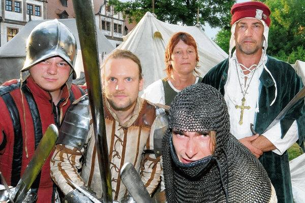 Zu ihrer Kleidung tragen sie auch die passenden Namen: Anton von Ronneburg, Georg von Gangloff und Dietrich von Kapellenberg (vorn von links) stimmen sich auf den nächsten Kampf ein. Marketa von Streckow und Class Frey von Rothenburg (hinten) sehen dem gelassen zu.