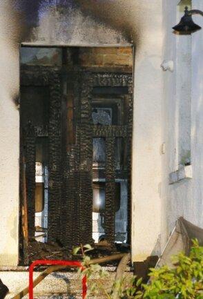 Ein Feuer hatte vor einem Jahr die Eingangstür eines Wohnhauses an der Tauraer Straße zerstört und Schaden im Innern angerichtet.