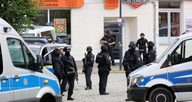 Schwer bewaffnete Polizisten suchten im Juni vergangenen Jahres unter anderem in Limbach-Oberfrohna (Foto) nach dem mutmaßlich bewaffneten Mann, der seiner Ex-Freundin nachgestellt und sie bedroht haben und in das Haus ihrer Eltern eingebrochen sein soll.