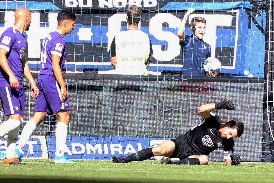 FCE-Torhüter Martin Männel reagiert nach dem vierten Gegentreffer frustriert.