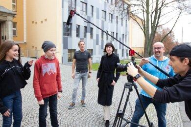 Tag der offenen Tür mal anders: Am Lessing-Gymnasium haben Schüler und Lehrer jetzt einen Film gedreht. Von links: Helena Leicht, Noah Merz, Ralf Fischer, Luisa Baumgärtner, Mirko Pabst und Tom Quaas.