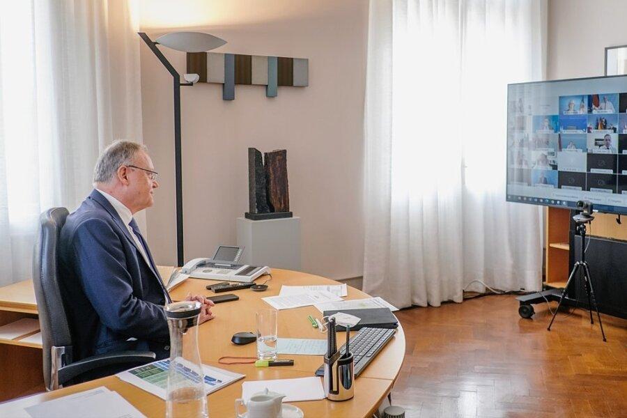 Niedersachsens Ministerpräsident Stephan Weil (SPD) verfolgt eine Bund-Länder-Konferenz. Oft dauern die Treffen viele Stunden.