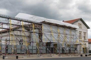 Seit Ende November ist der Erlauer Generationenbahnhof wegen eines Schadens am Flachdach eingerüstet.