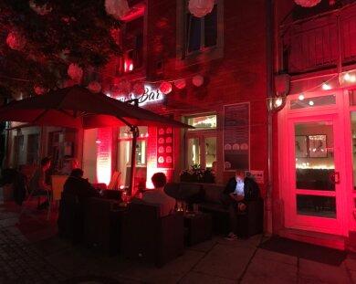 """Conny's Bar wurde am Donnerstagabend rot angeleuchtet, um auf """"Alarmstufe Rot"""" für die Veranstaltungsbranche hinzuweisen."""