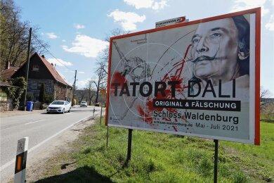Ein großes Plakat, das für die Dali-Ausstellung im Schloss Waldenburg wirbt, an der Kreuzung B 180/B 175 nahe Muldenbrücke. Foto: Andreas Kretschel