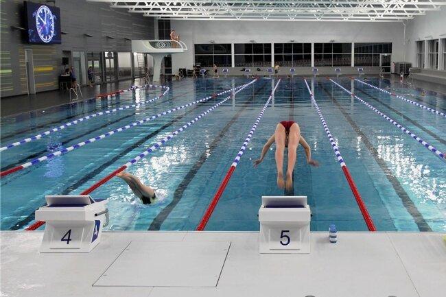 Ab ins Becken: Besucher können trotz strengerer Corona-Regeln die Glück-Auf-Schwimmhalle nutzen. Pro Umkleide sind maximal neun Personen erlaubt, pro Duschabteil maximal vier.