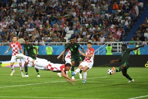 Mandzukic köpft - Etebo (r.) lenkt den Ball ins Tor