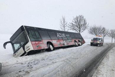 Bei Frankenberg rutschte dieserBus in den Graben. Die drei Insassen konnten den Bus mit Hilfe von Kollegen eines Abschleppdienstes verlassen. Ein 89-Jähriger wurde leicht verletzt.