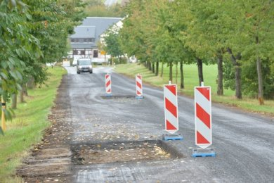 Auf der Kreisstraße nach dem Ortsausgang Hirschfeld in Richtung Deutschenbora wird derzeit gebaut.