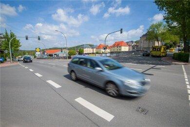 Die Kreuzung Dr.-Otto-Nuschke-Straße/Robert-Koch-Straße/Gartenstraße nahe der Schwimmhalle in Aue liegt genau zwischen den beiden von den Baugrunduntersuchungen betroffenen Abschnitten.