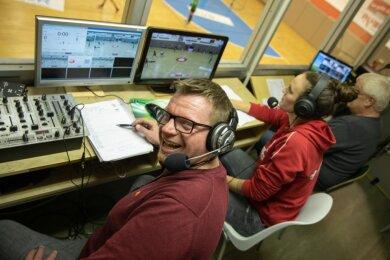 Der Stammplatz von Roy Grüner (links) in der Sporthalle Neuplanitz ist derzeit die Sprecherkabine. Von dort kommentiert er den Livestream der BSV-Heimspiele auf der Plattform sportdeutschland.tv.