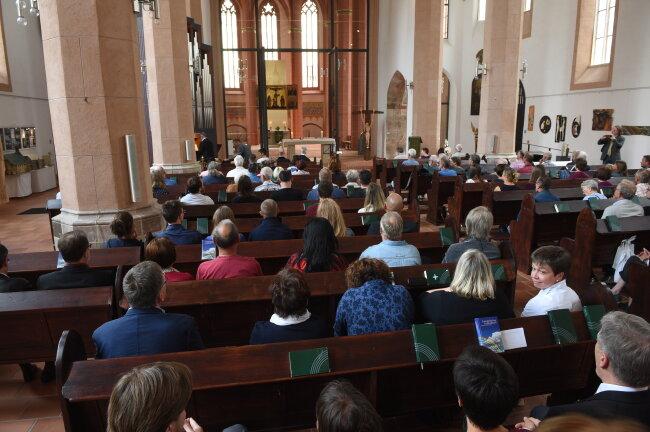 Mehr als 100 Menschen nehmen an einem ökumenischen Gottesdienst in der Chemnitzer St. Jakobikirche teil
