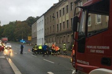 Helfer der Feuerwehr unterstützten die Bergung der Autos.