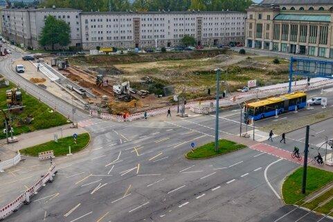 Im Kreuzungsbereich Bahnhofstraße/Zschopauer Straße werden neue Kanäle verlegt. Die Arbeiten mussten nun eingestellt werden, weil kontaminiertes Erdreich entdeckt wurde.