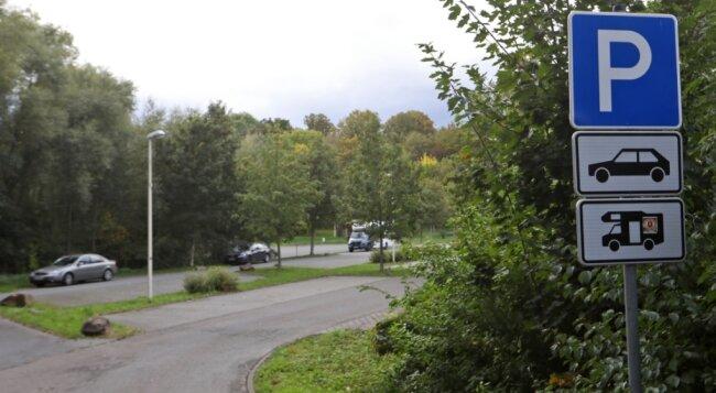 Den Parkplatz am Naundorfer Wiesenweg in der Nähe des Glauchauer Stausees dürfen auch Wohnmobile nutzen.