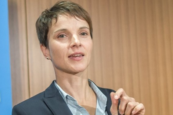 """Frauke Petry stellte vor wenigen Tagen das Parteiprogramm """"Herbstoffensive 2015 - Zeit, die Karten auf den Tisch zu legen"""" vor."""