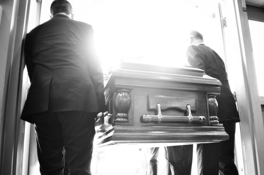 Aus Aberglauben eingeführt, aus praktischen Gründen beibehalten: Tote werden auch heutzutage immer mit den Füßen zuerst aus dem Haus getragen.